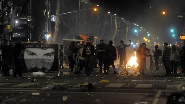 Un grupo de manifestantes se enfrenta a la policía