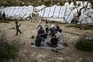 Los refugiados, mayormente afganos, iraquíes y sirios, viven hace años en un limbo legal