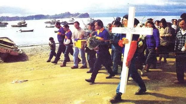 Imagen del 1996 del entierro simbólico de las víctimas del Marsella