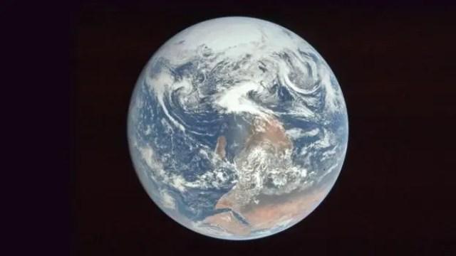 La NASA volteó esta fotografía de la Tierra para no confundir a la gente
