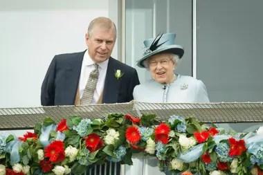 La reina Isabel II con Andrés, a quien se lo consideraba su hijo favorito