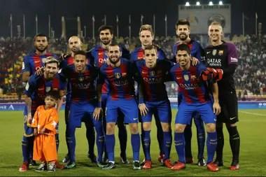 Murtaza Ahmadi junto con todo el equipo del Barcelona en 2016