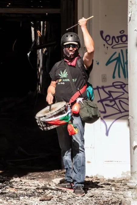 Christian Ponce Huenul (46) se ubica todos los días con su redoblante en la primera línea de las protestas