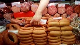Las salchichas y el jamón son tan cancerígenos como el tabaco, según la OMS