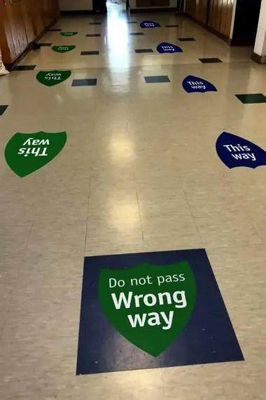 Los colegios desarrollan señalización específica para transitar por las instalaciones para que los alumnos tengan en claro por dónde caminar y no tengan que perder tiempo en hacer consultas