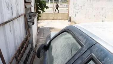 Los vecinos se quejan de que cuando llueve caen residuos del cielo, que, al secarse forman una capa de cemento sobre automóviles, casas y vegetación
