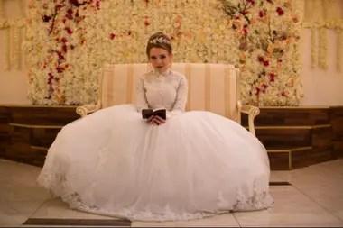 La escena muy realista del casamiento de Esty en Poco Ortodoxa