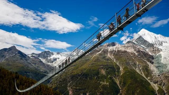 El puente suizo tiene 494 metros de largo y es parte de una ruta de trekking entre Grächen y Zermatt