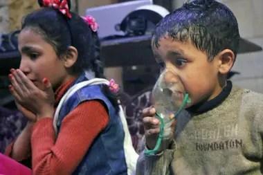 Los socorristas le administran oxígeno a los niños afectados