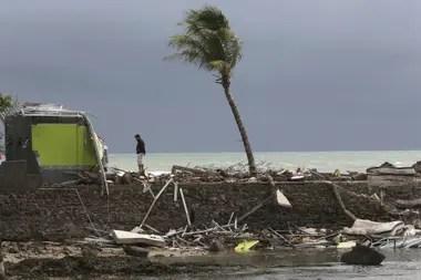 Un hombre recorre parte de la playa de Carita arrasada por el tsunami