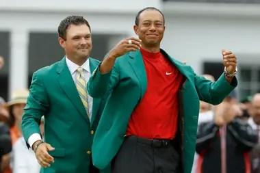 Tiger Woods se prueba el tradicional saco verde de los campeones del Masters de Augusta: fue hace casi un año