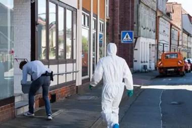 Expertos forenses examinan el departamento en Wittingen.