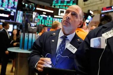 Los precios del petróleo subieron este lunes y los índices de la bolsa bajaron