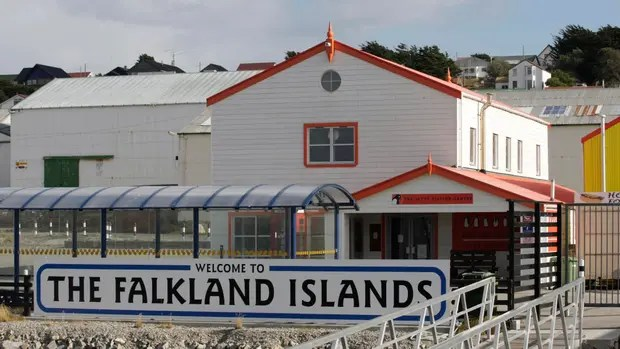 El Gobierno intenta seducir a los isleños ofreciendo más becas de estudios