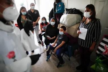 En tiempos de pandemia, Fabián Arias alivia el dolor de los inmigrantes oficiando funerales para las víctimas del coronavirus