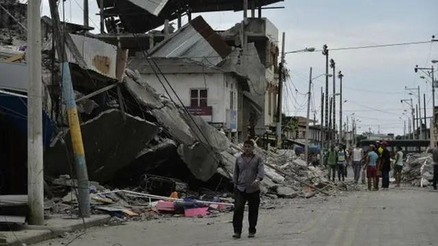 El terremoto en Ecuador tuvo una magnitud de 7,8. El lunes por la mañana ya se habían confirmado 350 muertos.