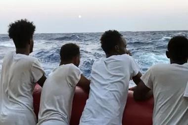 Un grupo de migrantes rescatados miran el mar el 14 de agosto de 2019, durante una operación de búsqueda y rescate en el Mediterráneo Mar