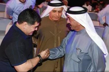 Maradona en una reunión con el jeque Hasher Maktoum en 2015