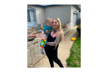 Gail Savage sostiene en brazos al pequeño Salem, su hijo de 2 años