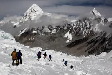 Alpinistas caminan cerca del campamento uno del Monte Everest, mientras se preparan para ascender en la cara sur de Nepal.