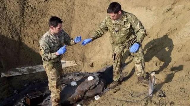 Expertos de EOD examinan una bomba en el este de Londres. La bomba fue desechada exitosamente