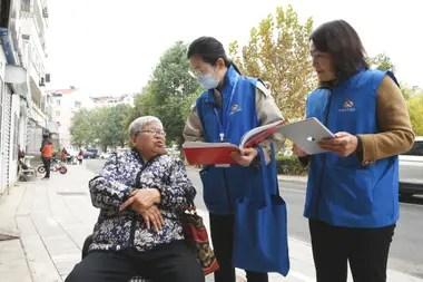 Trabajadores del censo recopilan información de una residente de Lianyungang, en la provincia de Jiangsu, en el este de China