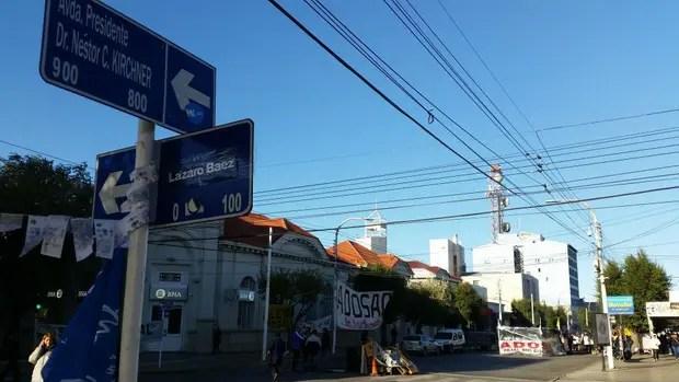 La esquina de la calle Néstor Kirchner y, en broma, otra que rebautizaron Lázaro Báez