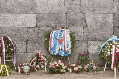 Ofrendas florales, al cumplirse el 75 aniversario de de la liberación de los detenidos en el campo de concentración nazi