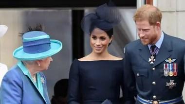 Fuentes de la casa real británica indican que la reina Isabel II no fue informada de la decisión de Harry y Meghan