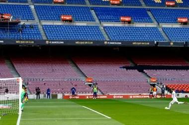 Sergio Ramos, del Real Madrid, lanza el penal que le dio la ventaja decisiva a Real Madrid ante Barcelona.