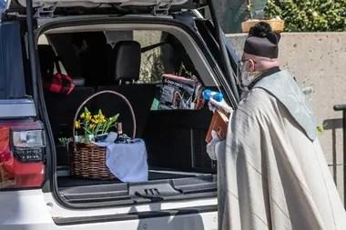 El sacerdote se hizo viral por su curosa técnica de bendecir con una pistola de agua