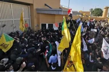 Los manifestantes lograron acceder al predio de la embajada por una puerta lateral, pero no llegaron al recinto principal
