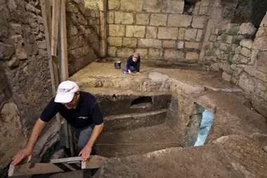 Arqueólogos de la Autoridad de Antigüedades de Israel trabajan en un sistema subterráneo excavado en la roca debajo de un edificio de 1400 años de antigüedad cerca del Muro de los Lamentos, en la Ciudad Vieja de Jerusalén