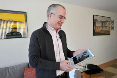 El Dr. Javier de Luis, de 57 años, mira fotos de su hermana, Graziella de Luis y Ponce, de 63 años, quien murió en el vuelo 302 de Ethiopian Airlines