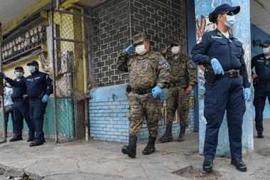 Miembros del Servicio Nacional de Fronteras de Panamá y la Policía ayudan a voluntarios del