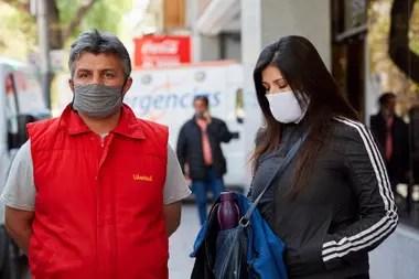 Familiares de Doris Garro en la puerta de la clínica Santa María, en Mendoza, esperan para ver a la mujer