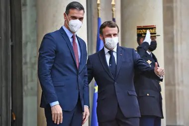 Macron, junto al presidente español, Pedro Sánchez, antes de una reunión para conmemorar el 60 aniversario de la creación de la OCDE en el palacio del Elíseo en París, el 14 de diciembre