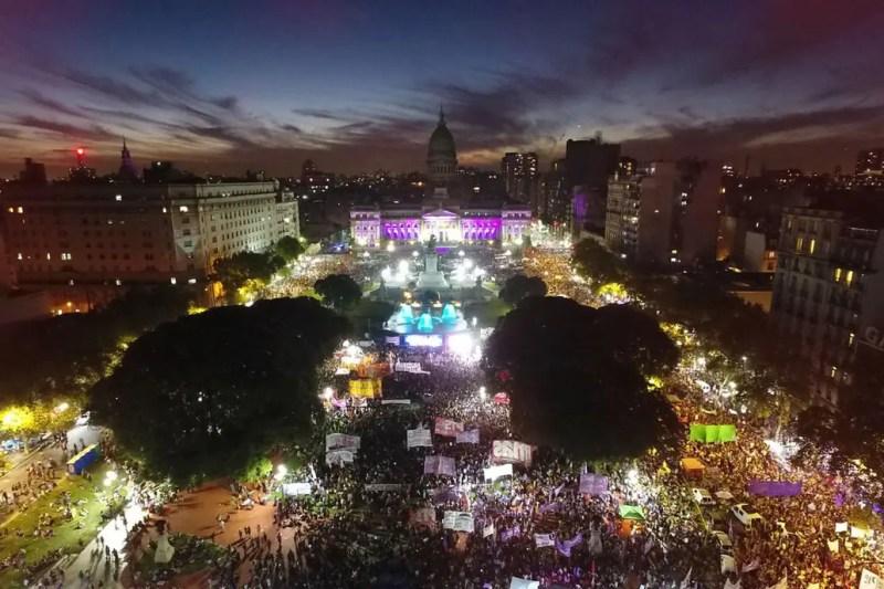 Miles de mujeres se reunieron en la Plaza del Congreso para reclamar por sus derechos