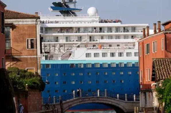 Un crucero entra en la laguna que cruza el canal de Giudecca el día de la protesta contra estos grandes buques.