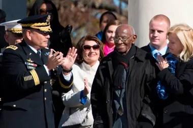 Foto tomada el 11 de noviembre de 2013, Richard Overton, de 101 años de edad, se cree que es el veterano estadounidense más veterano de la Segunda Guerra Mundial, y es aplaudido durante una ceremonia del Día de los Veteranos en el Cementerio Nacional de Arlington en Arlington. Virginia.