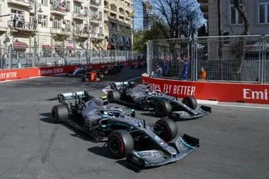 Valtteri Bottas y el séxtuple campeón Lewis Hamilton, de Mercedes; el equipo que dirige Toto Wolff aceptaría rebajar el presupuesto hasta