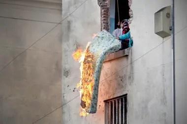 Por las ventanas de la cárcel de Devoto los internos sacaban colchones incendiados