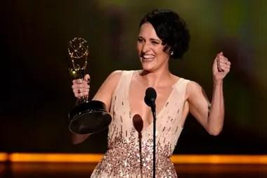 Phoebe Waller-Bridge con su premio Emmy