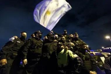 Uno de los ejes principales de las manifestaciones del personal en actividad, con sus uniformes y armas reglamentarias
