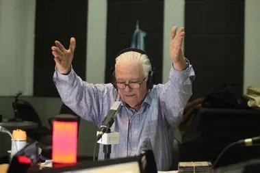 Héctor Larrea no ve las horas de volver a la radio para despedirse de sus oyentes y comenzar su retiro