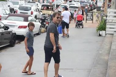 Cristian Ritondo tampoco pudo disfrutar de la playa y recorrió las calles del centro muy animado