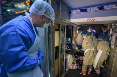 El cartel muestra el recorrido del tren: Bordeaux-Saint Jean; el TGV, convertido en una sala de terapia intensiva de alta velocidad