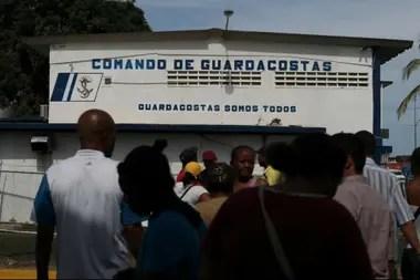 Familiares de los migrantes que desaparecieron en el mar Caribe se reúnen frente al edificio de la guardia costera