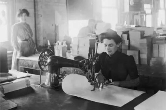 Una escena de 1905, donde la máquina de coser cambió el ritmo de los talleres de confección de ropa