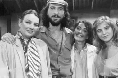 """Los protagonistas del primer episodio de Atreverse, """"Alta en el cielo"""": Mujica, Darío Grandinetti, Alicia Bruzzo y Emilia Mazer"""